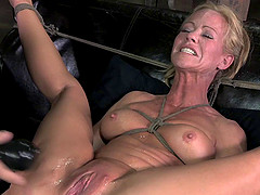 Hard vibrations for the horny MILF in the good old sex dungeon