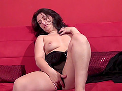 Gorgeous MILF Sarah J spreads her legs for a solo sex game