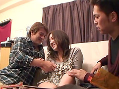 Two guys play with naughty Akitsuki Reina's tight pussy