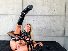 Solo mature Jessica Drake pokes her pussy with a large dildo